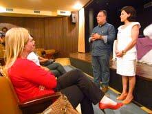 À esquerda, sentada Tina Toneti e em pé André Vargas e Toninha